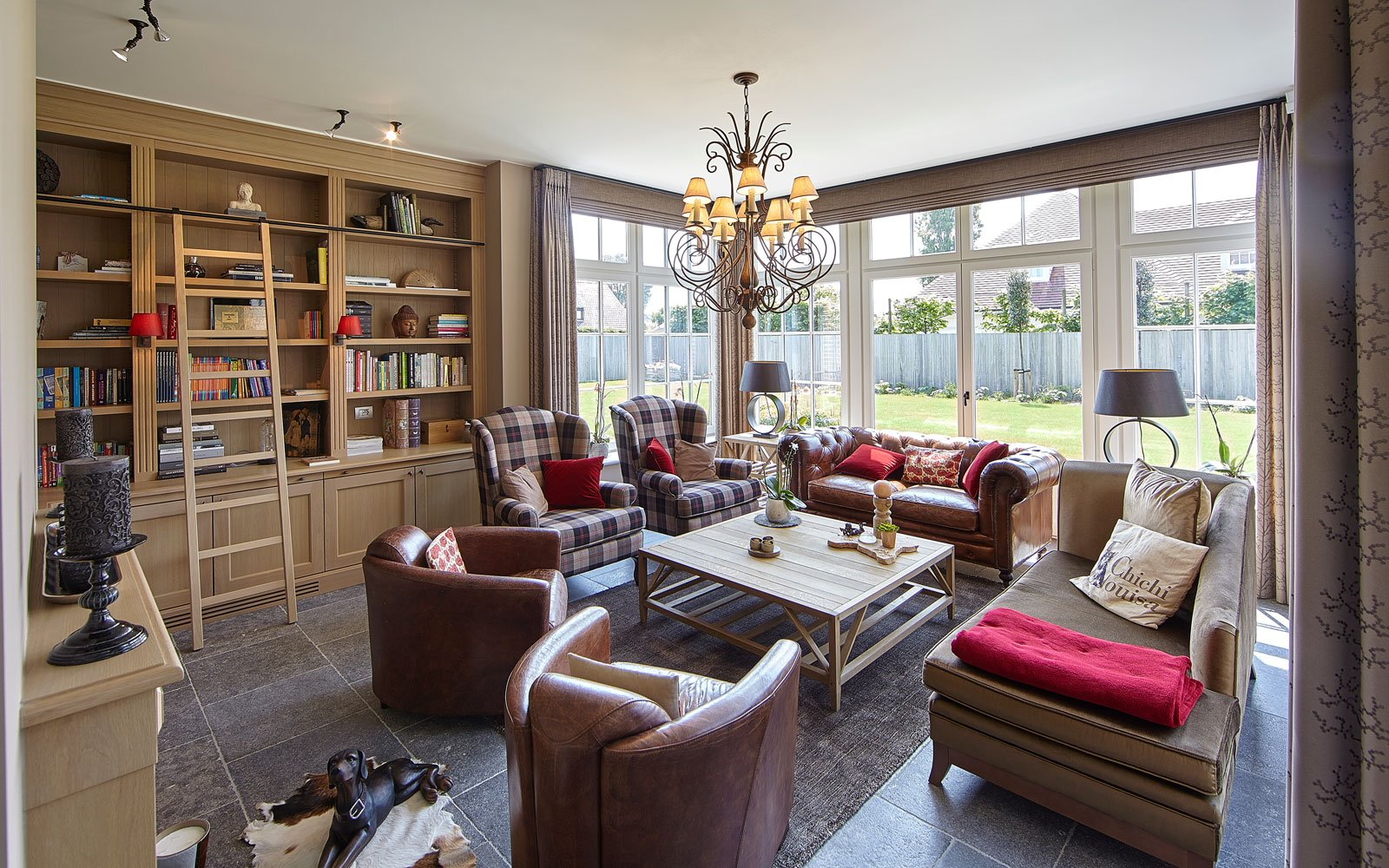 Loungehoek, Chesterfield, boekenkast, comfortabel interieur, Engelse cottage, Bart François