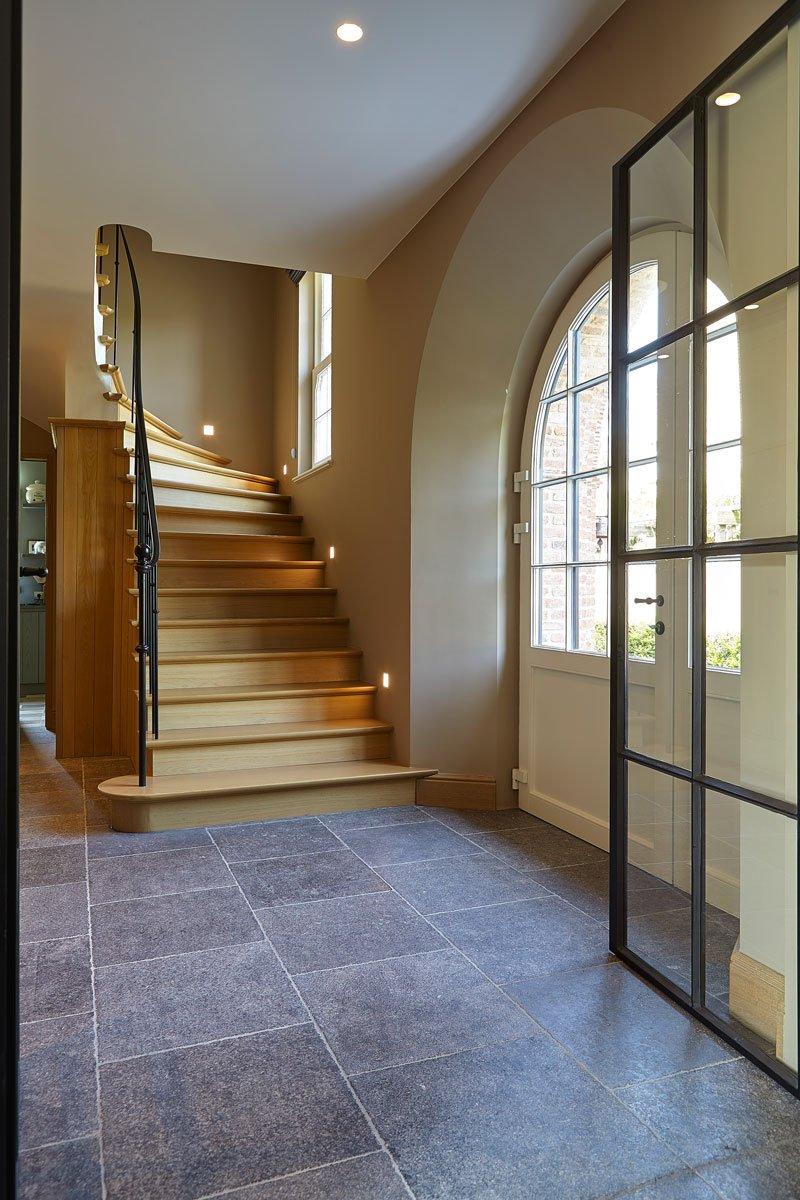 Stalen deuren,, Smederij Geert van de Velde, houten trap, stenen vloer, Engelse cottage, Bart François