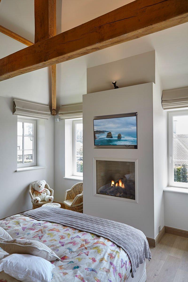 slaapkamer haard cosyflame televisie houten balken engelse cottage bart franois