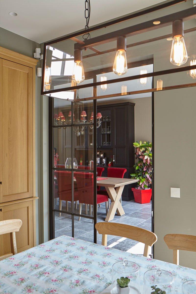 Stalen deuren, smederij Geert van de Velde, houten tafel, rode stoelen, Engelse cottage, Bart François