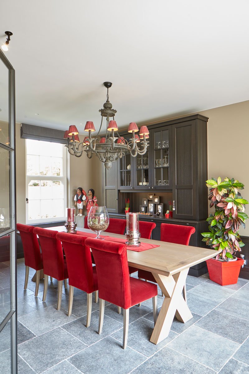 Houten tafel, rode stoelen, kleurrijk, comfortabel, Engelse cottage, Bart François