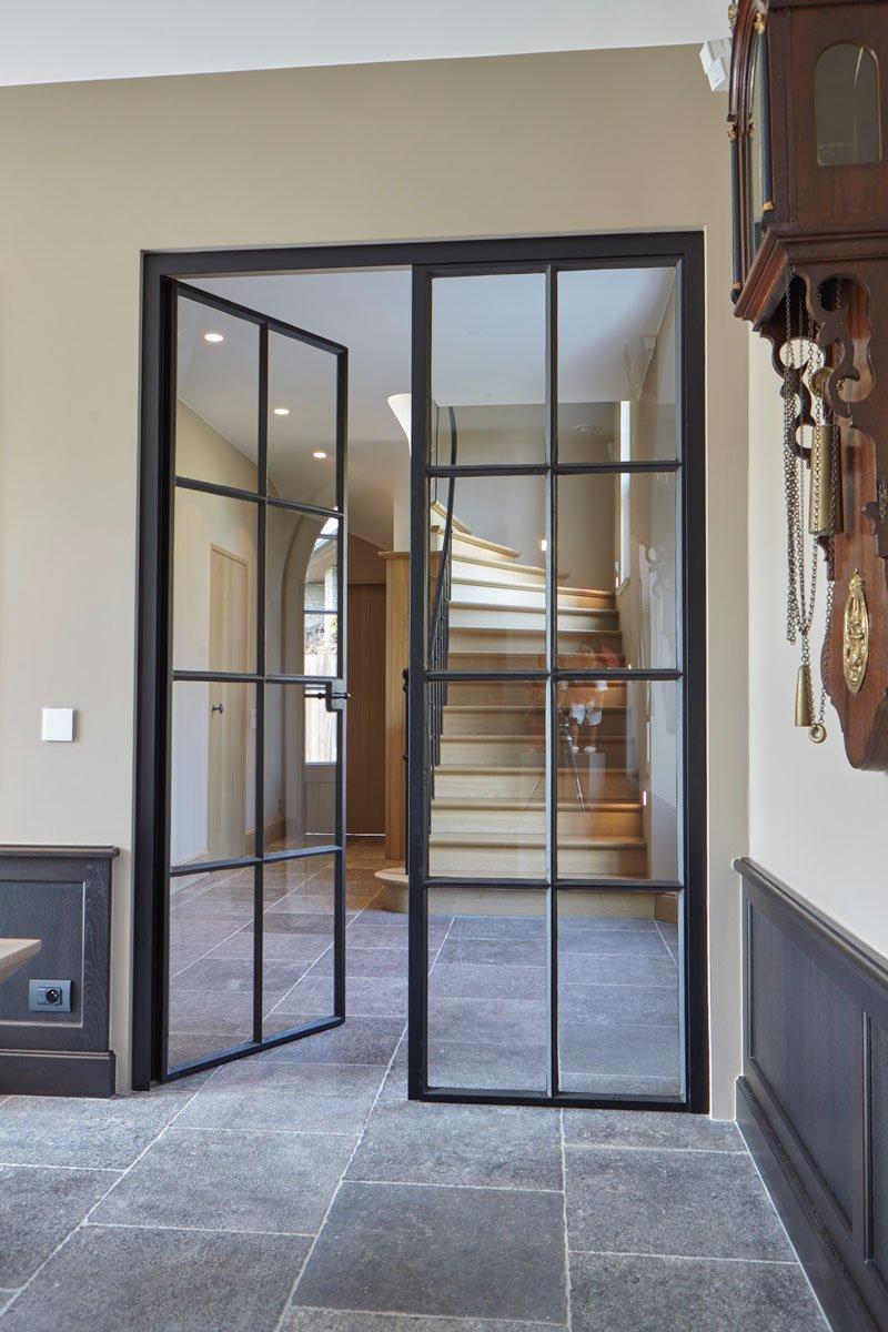 Stalen deuren, Smederij Geert van de Velde, houten trap, tegelvloer, Engelse cottage, Bart François