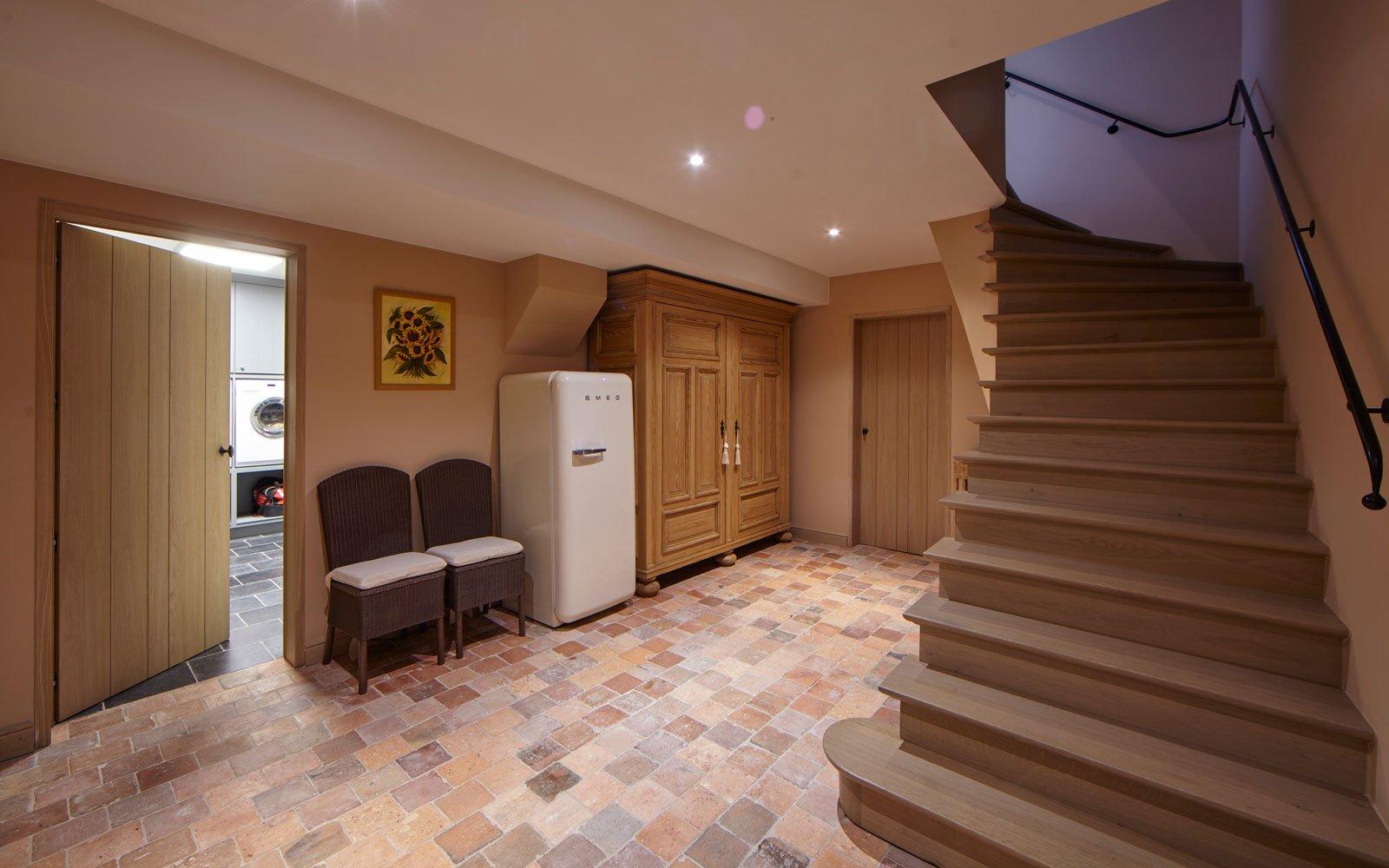 Hal, deurbeslag, Dauby, houten deuren, houten trap, natuurlijke materialen Engelse cottage, Bart François