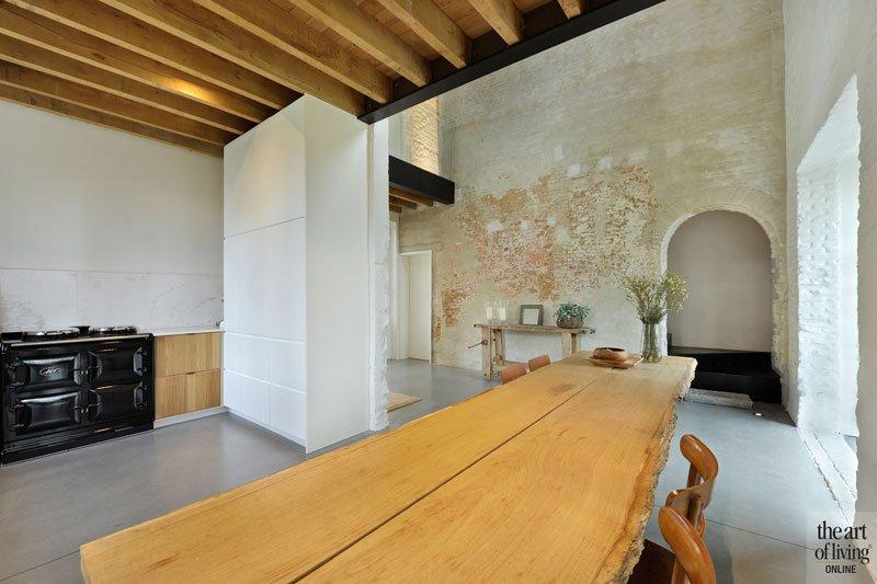 Keuken, houten tafel, boomstam tafelblad, leefkeuken, oud koetshuis, Michiel van Raemdonck