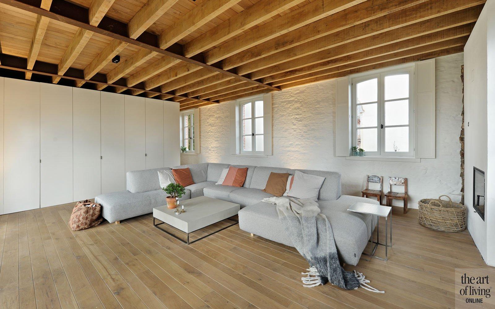 Woonkamer, interieur, houten vloer, houten balken, authentiek, bakstenen muur, gekaleid, oud koetshuis, Michiel van Raemdonck