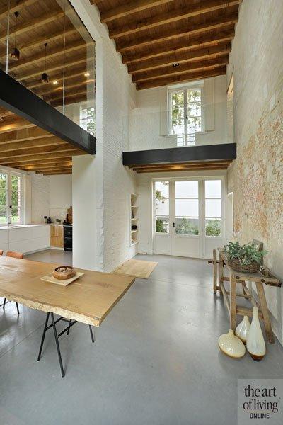 Open leefkeuken, licht, ruimte, houten tafel, boomstam, sfeer, oud koetshuis, Michiel van Raemdonck