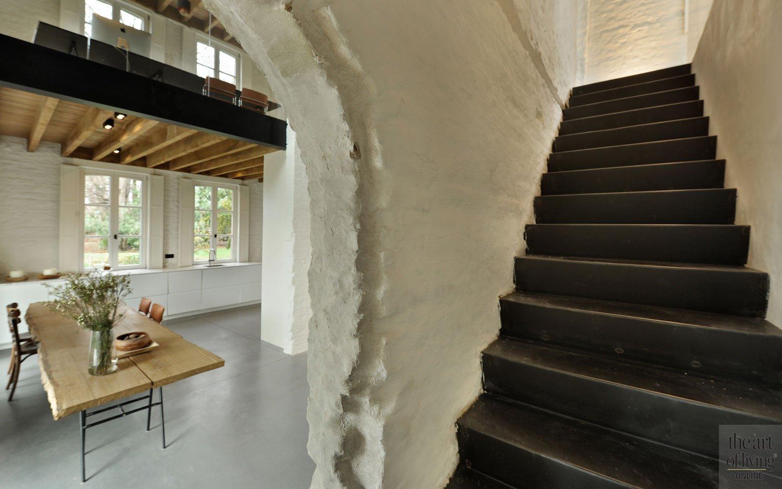 Trap, gepleisterde muur, boog, open verbinding, oud koetshuis, Michiel van Raemdonck