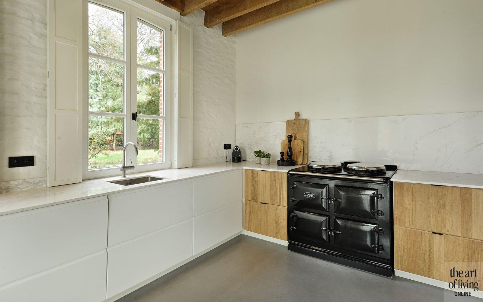 Leefkeuken, AGA-fornuis, licht, keuken, natuursteen keukenblad, oud koetshuis, Michiel van Raemsdonck