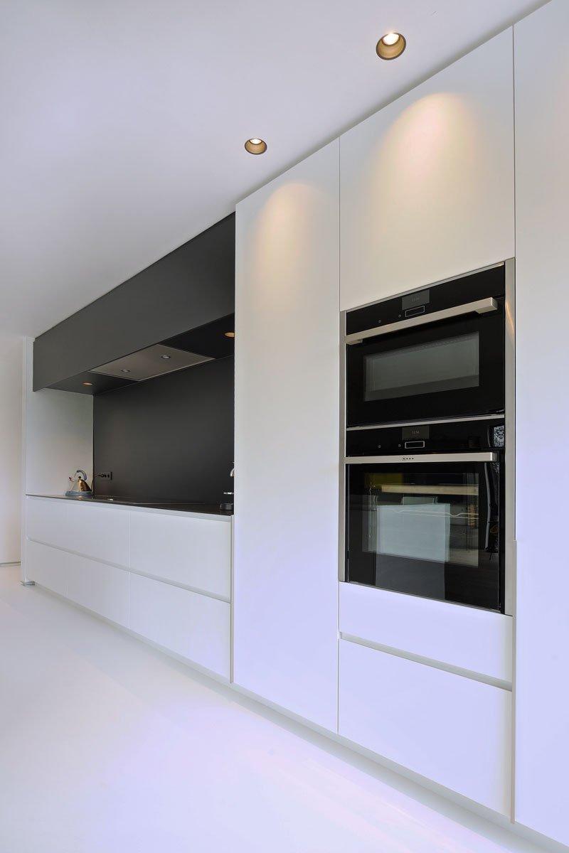 Maatwerk keuken, contrast, zwart-wit, gietvloer, Michiel van Raemdonck