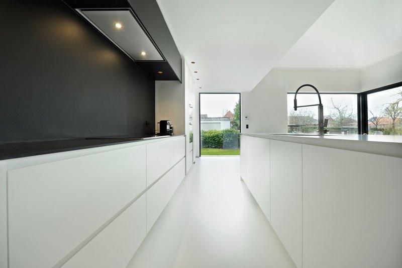 Maatwerk keuken, Interioo, contrast zwart en wit, grote ramen, Yvo Boven, Michiel van Raemdonck