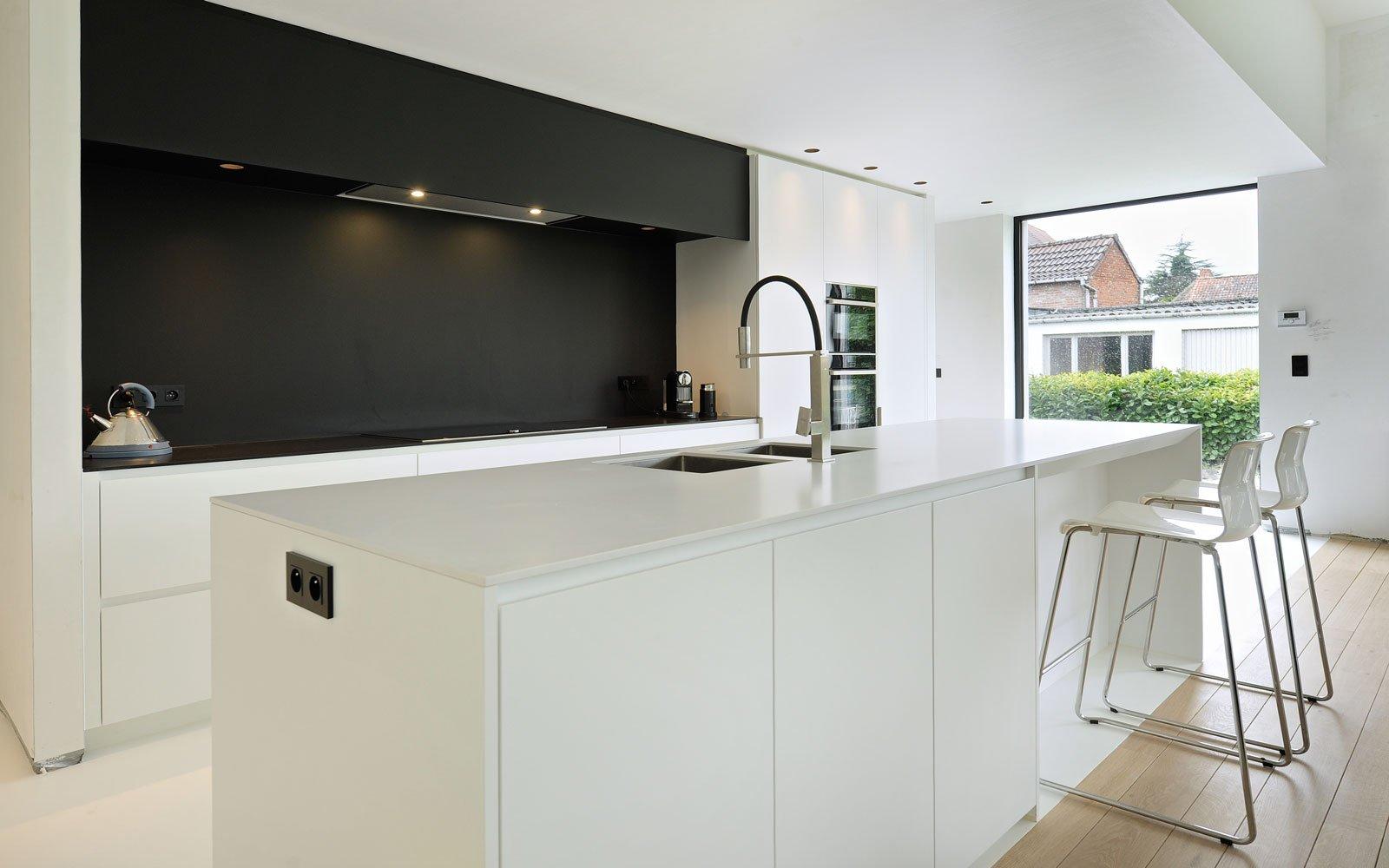 Kookeiland, keuken, maatwerk, zwart en wit, vloer eikenhout, Michiel van Raemdonck