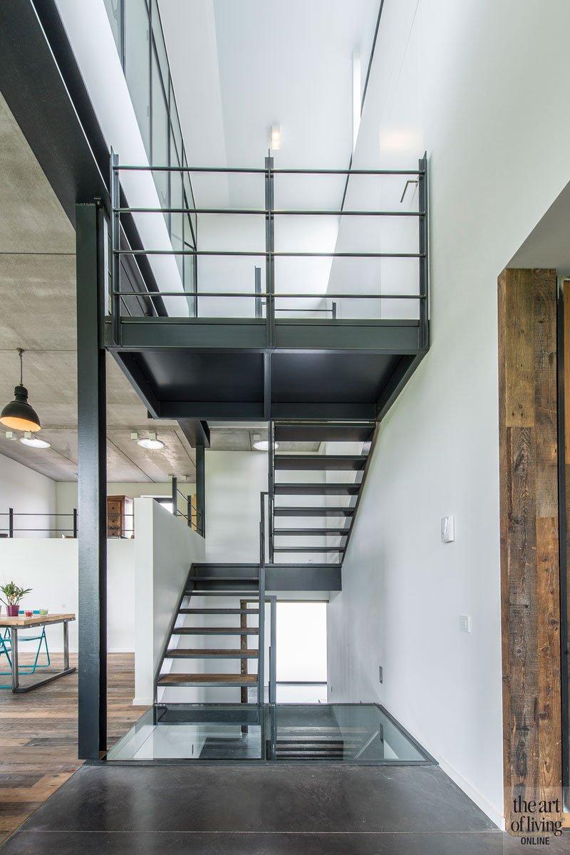 Stalen trap, houten parketvloer van Tablazz, ruimtelijk, industriële woning, BVV Architecten