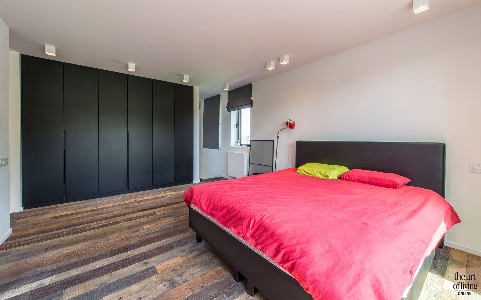Master bedroom met maatwerk kast van INTERCO, Industriële woning, BVV Architecten
