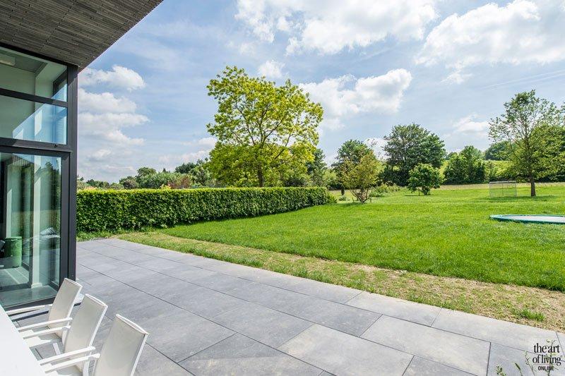Prachtig uitzicht op de riante tuin, ontworpen door tuinbedrijf Tuinboerke, industriële woning, BVV Architecten