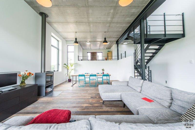 Woonkamer, ruimtelijk, tussenetages, stalen trap, houten vloer, Parket, Tablazz, industriële woning, BVV Architecten