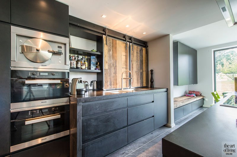 Maatwerk keuken, eyecatcher, steigerhout, robuust, betonvloer, industriële woning, BVV Architecten