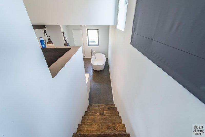 Luxe badkamer met grote badkuip, inloopdouche en wastafel, Industriële woning, BVV Architecten