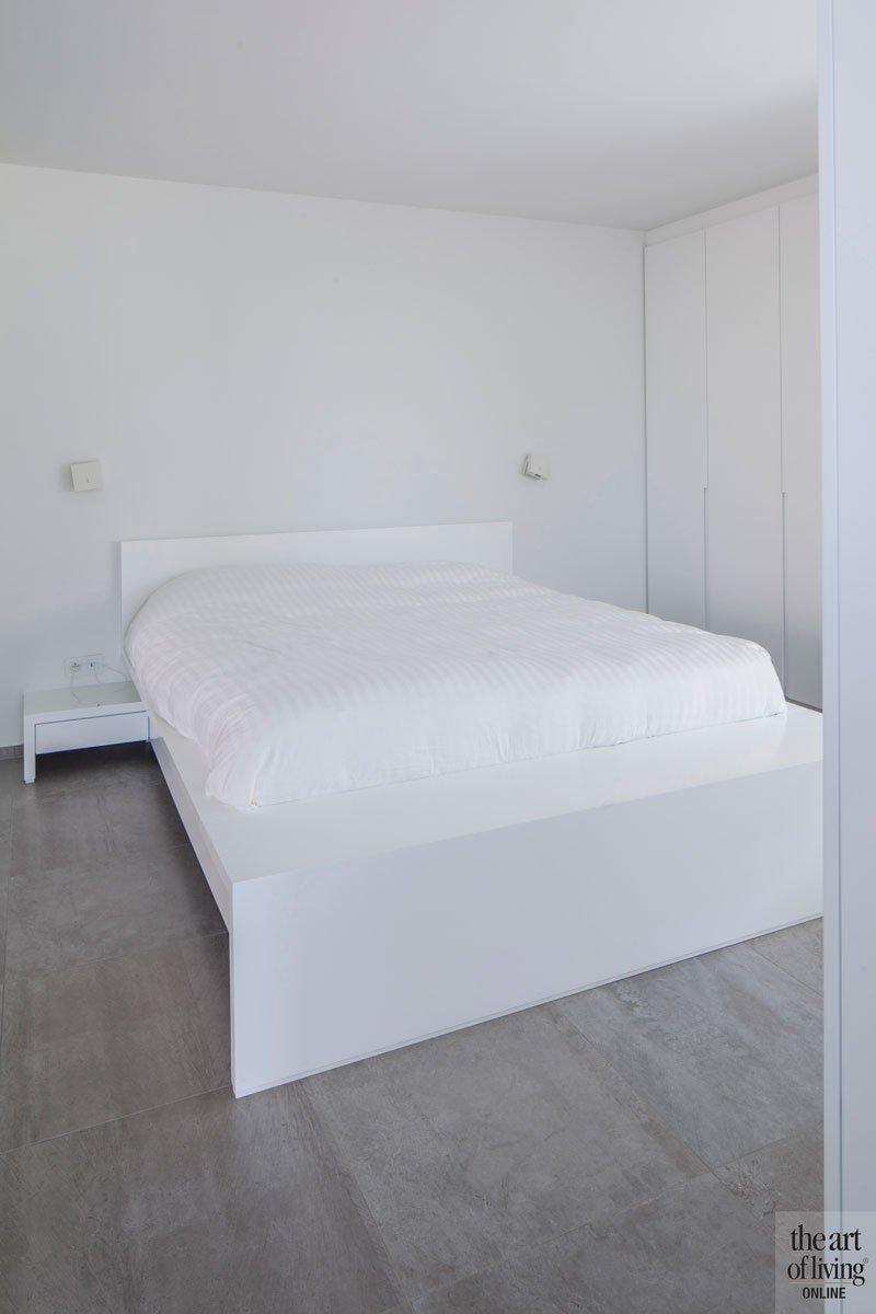 Slaapkamer, master bedroom, bed, wit, houten schuifwand, scheiding badkamer, villa in L-vorm, p.ed architecten