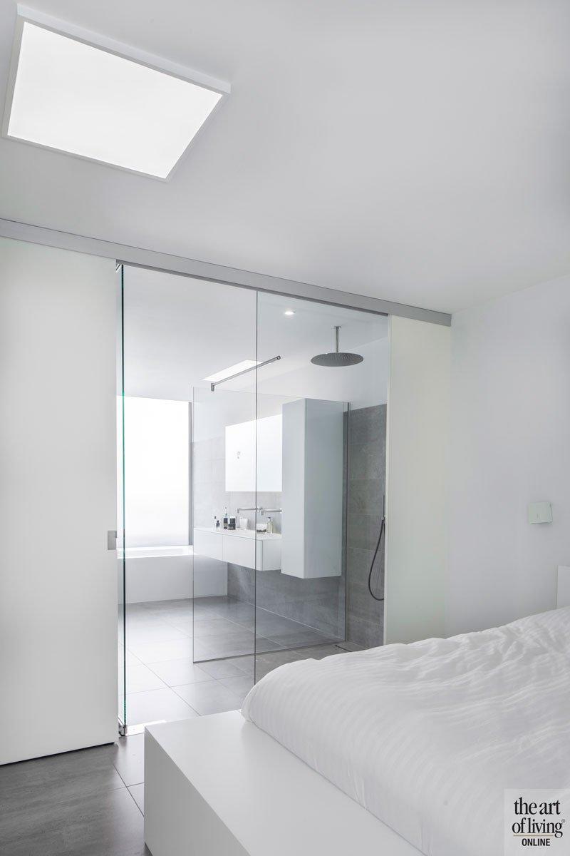 Badkamer en slaapkamer, glazen wand, master bedroom, villa in L-vorm, p.ed architecten