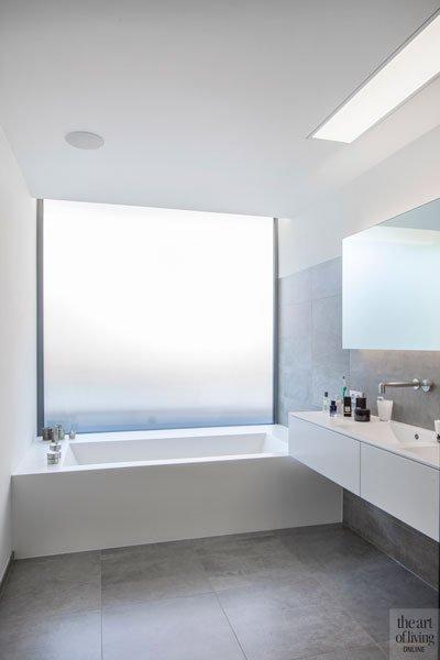 Badkamer, bad uit één stuk kunststof, maatwerk, raam, mat glas, privacy, villa in L-vorm, p.ed architecten