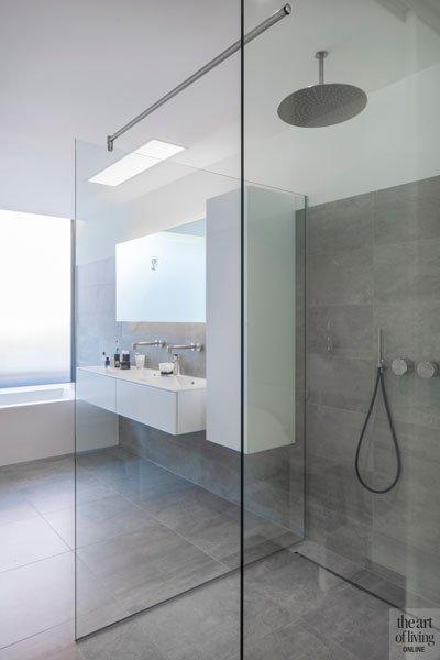 Badkamer, bad, lavabo, inloopdouche, maatwerk, Verelec, sanitair, raam met mat glas, villa in L-vorm, p.ed architecten