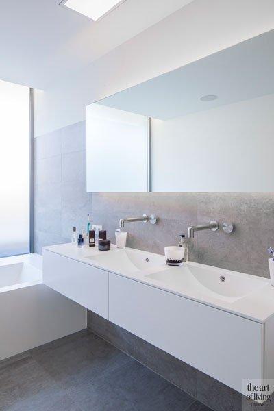 Badkamer, wastafel, lavabo, grote spiegel, maatwerk, sanitair, Verelec, villa in L-vorm, p.ed architecten