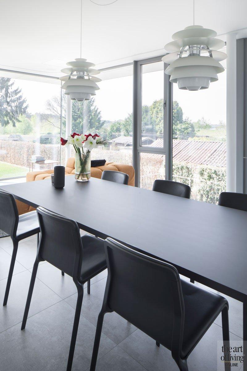 Eettafel, keuken, zicht op de tuin, grote ramen, neutrale kleuren, villa in L-vorm, p.ed architecten