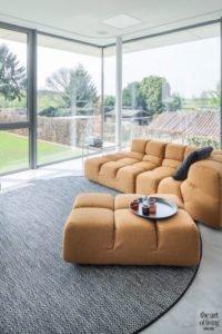 Woonkamer, lounge, zicht op de tuin, grote ramen, kleurrijk meubilair, villa in L-vorm, p.ed architecten