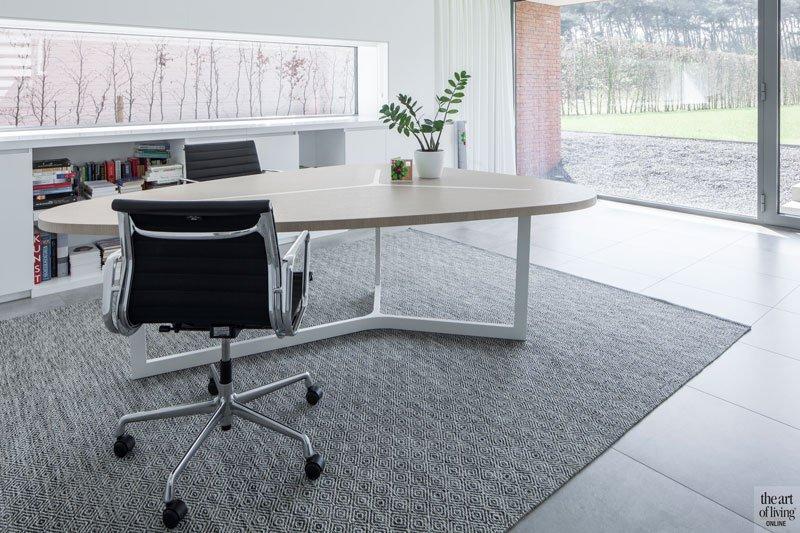 Bureau, home office, lichtinval, ruimtelijk, neutrale kleuren, grote ramen, zicht op buiten, villa in L-vorm, p.ed architecten