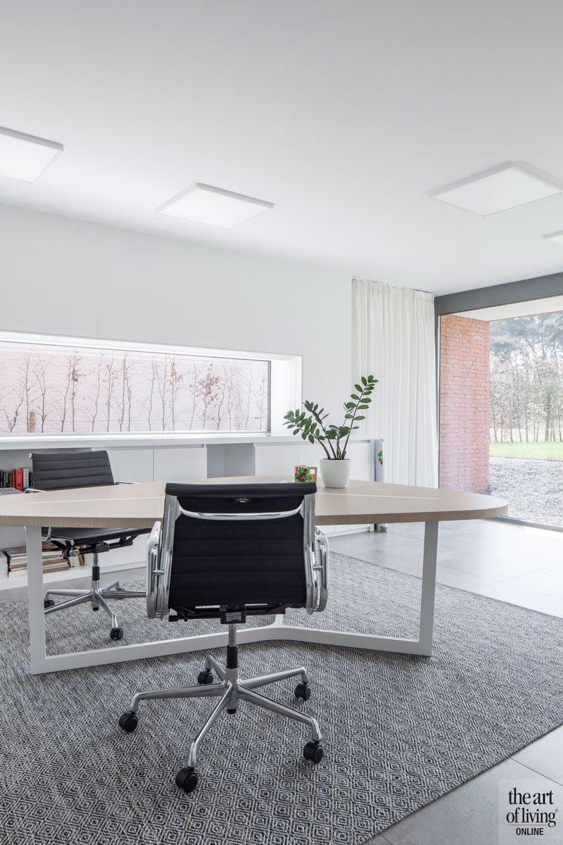 Bureau, home office, neutrale kleuren, zicht op buiten, villa in L-vorm, p.ed architecten