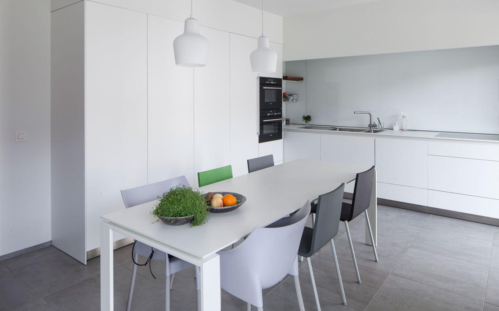Keuken, strak, wit, eettafel, grijstinten, renovatie, p.ed architecten