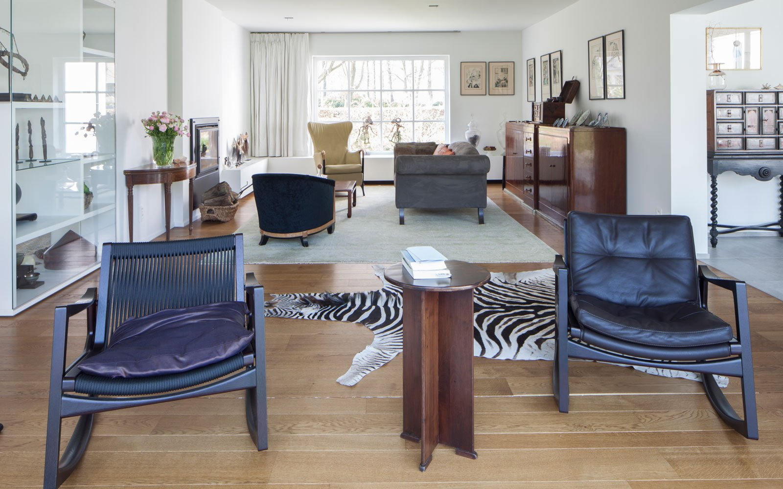 Woonkamer, houten vloer, parket, zebrahuid, tapijt, meubilair, Meynen Interieurarchitectuur, lichtinval, renovatie, p.ed architecten