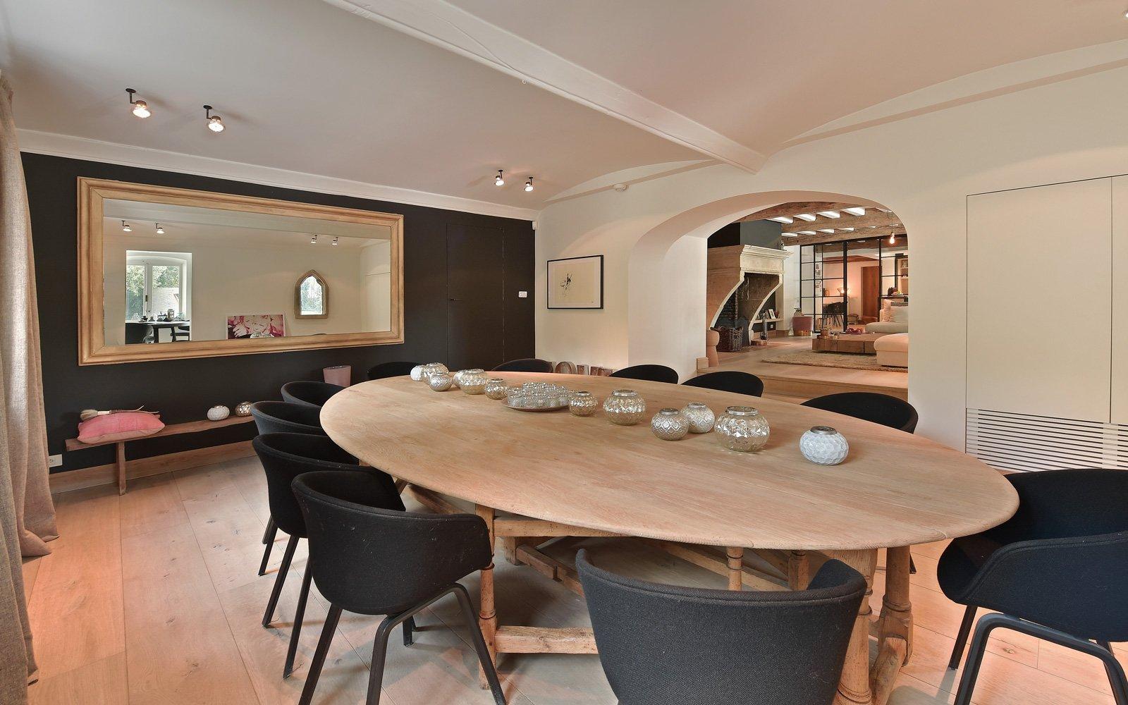 eettafel, ovalen tafel, aparte ruimte, boogvormige opening, landelijk, strak, Jurgen Weyne