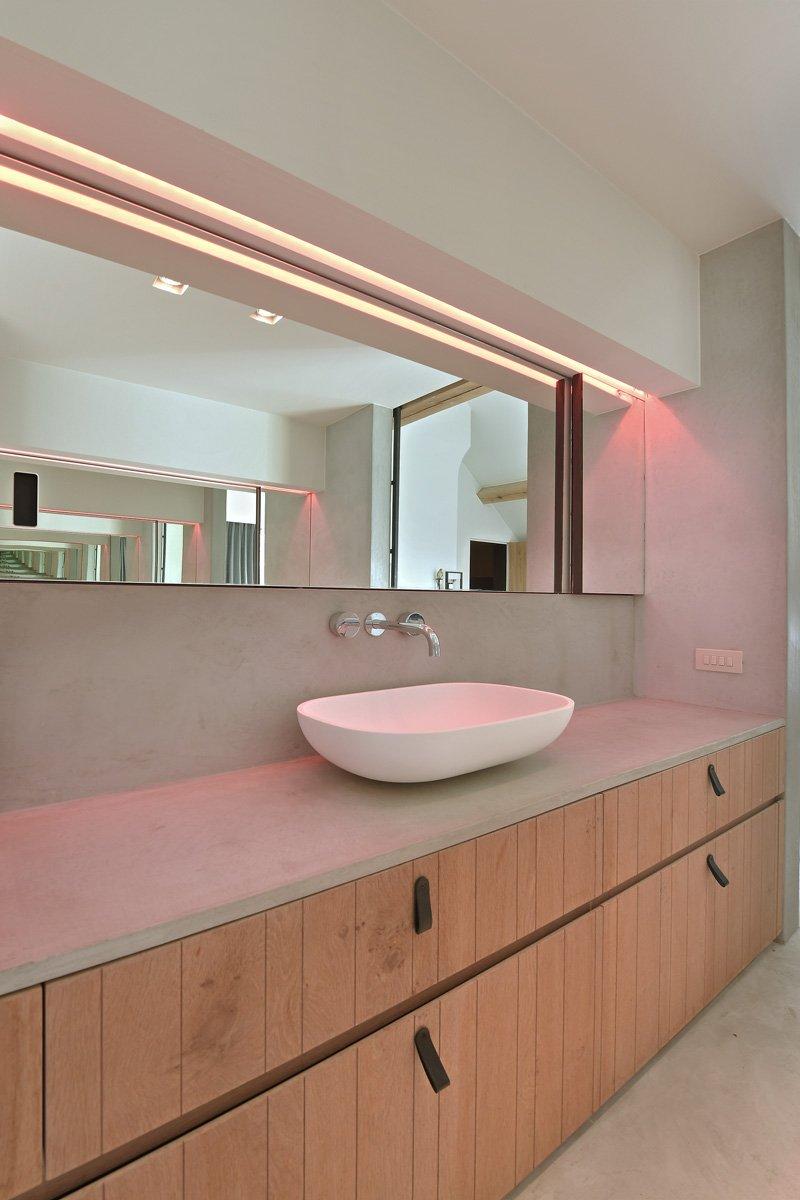 Badkamer, wastafel, sanitair, Frederic Lambrecht, houten kasten, spiegel, strak, landelijk, Jurgen Weyne