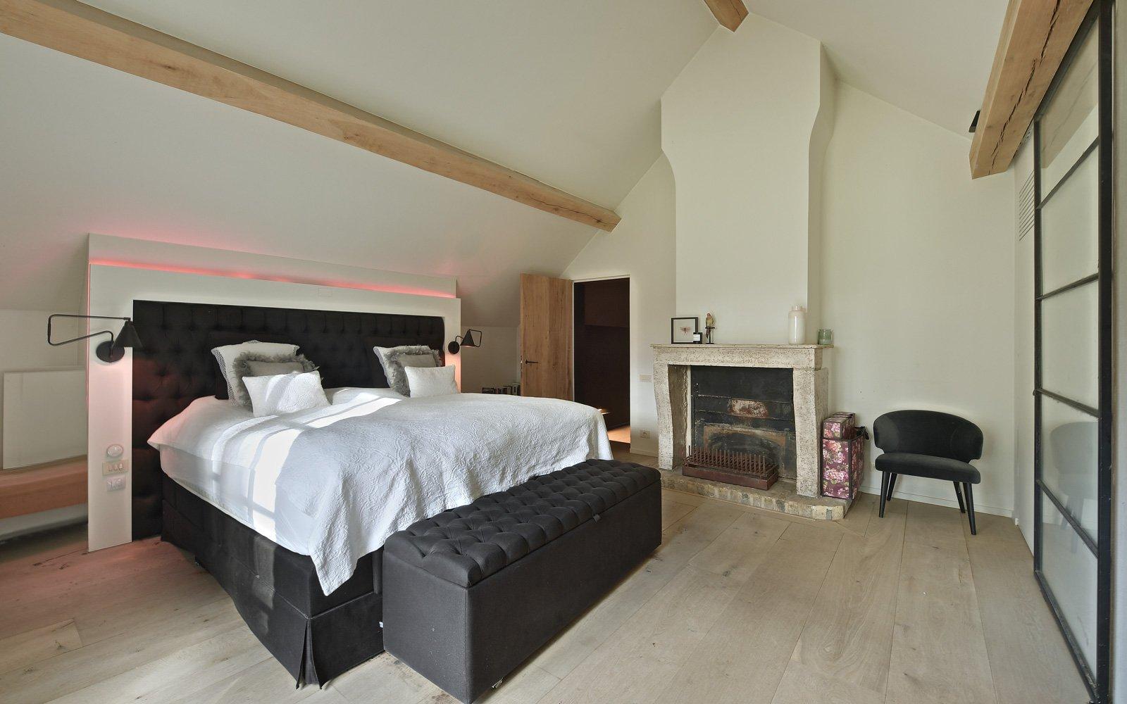 Slaapkamer, master bedroom, bed, open haard, strak, landelijk, Jurgen Weyne