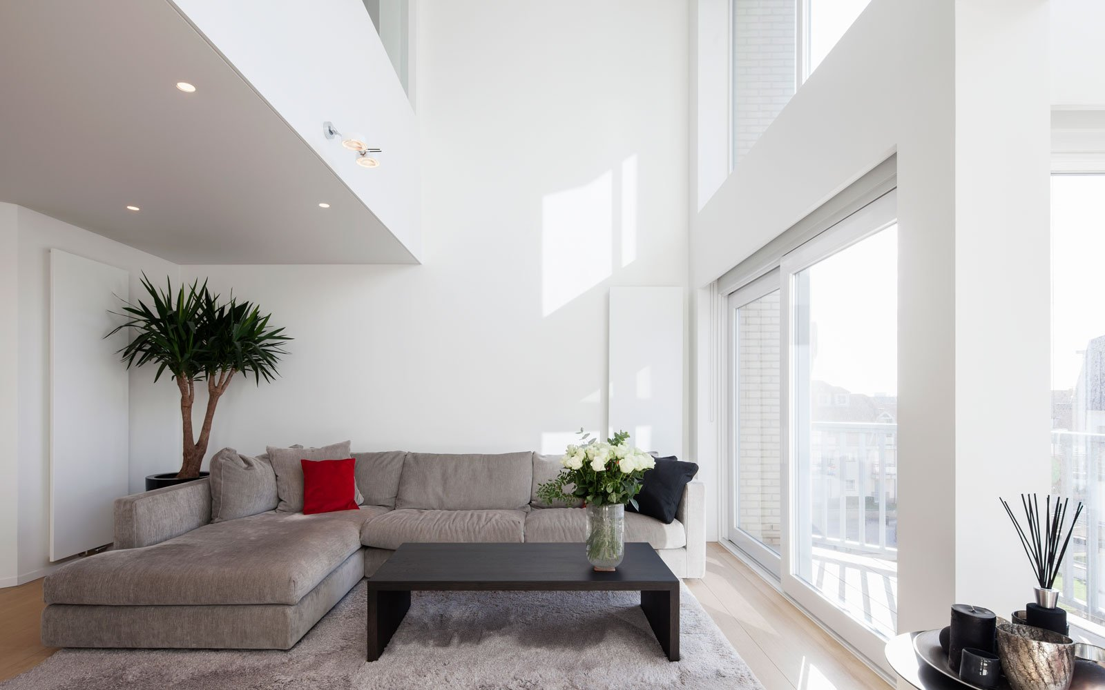 Woonkamer, zithoek, hoekbank, RR Interieur, grote ramen, Knokse duplex, Stephan Gunst