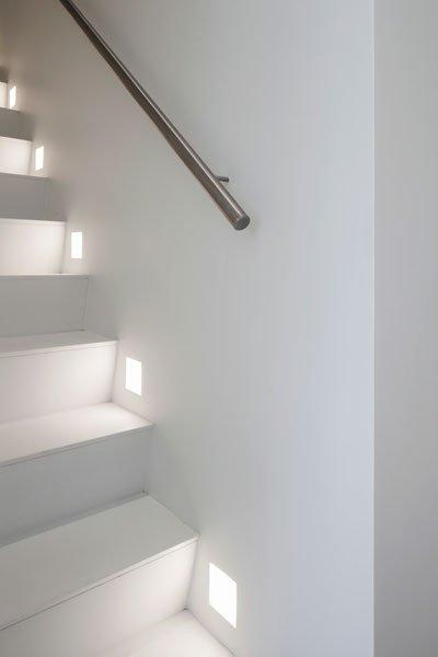 Trap, ledverlichting, strak en wit, Knokse duplex, Stephan Gunst