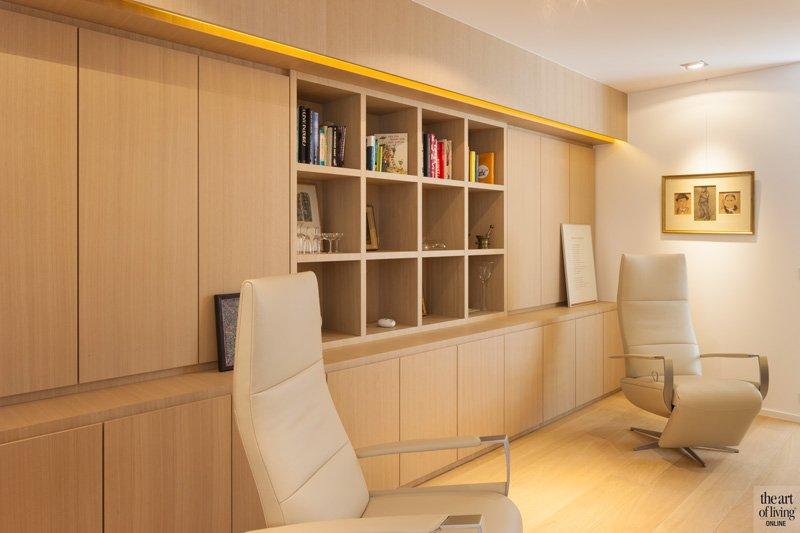 Bibliotheek, relaxzetels, houten kasten, werkruimte, doorkijkhaard, AMA Haarden, open haard, zelfvoorzienende villa, Anja Vissers
