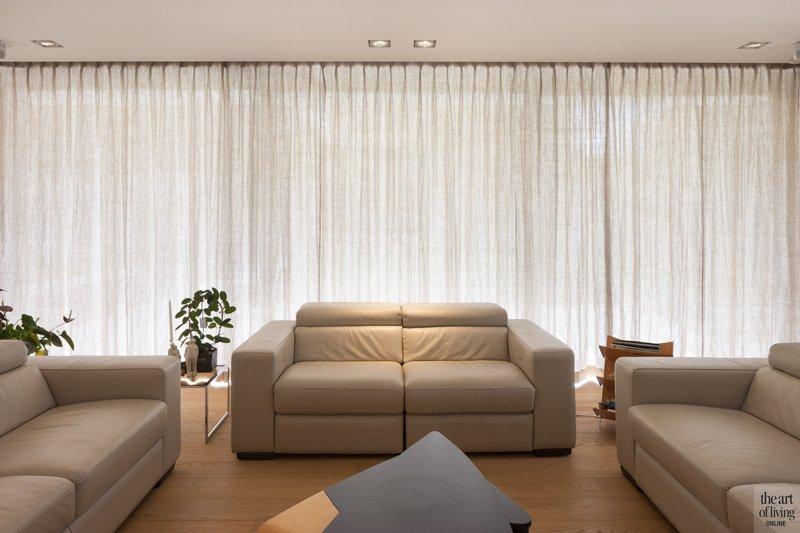 Woonkamer, living, houten vloer, grote ramen, Reynaers Aluminium, gordijnen, Goelen raamdecoratie, zelfvoorzienende villa, Anja Vissers