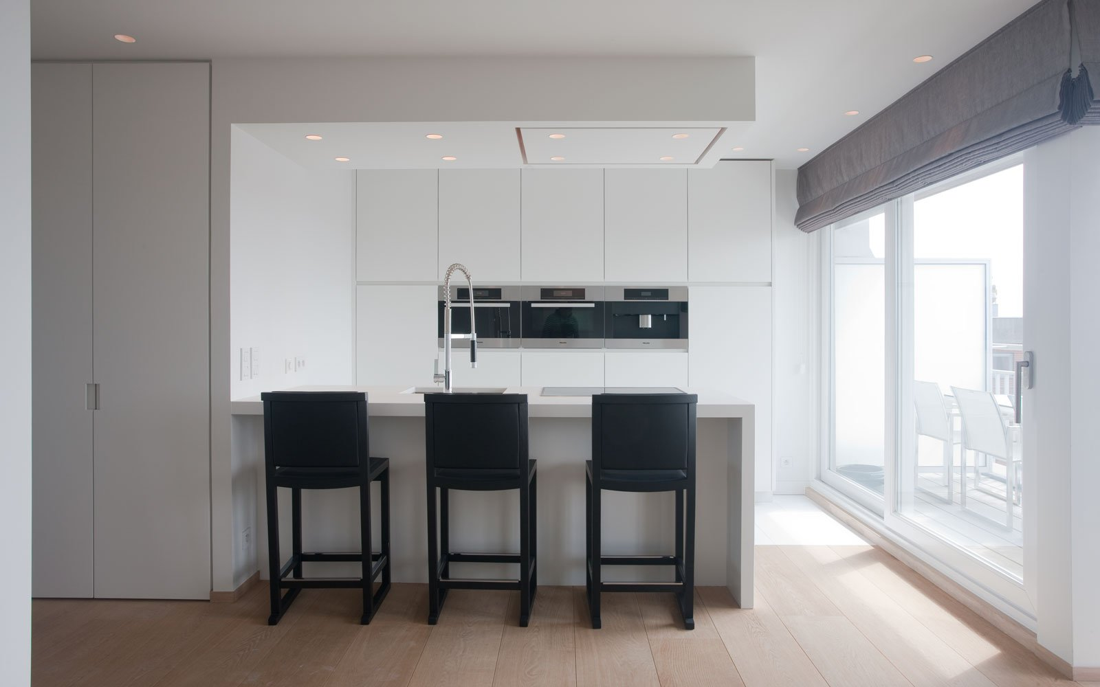 Keuken, strak, wit, kookeiland, krukjes, zwart, uitzicht, droomappartement, Stephan Gunst