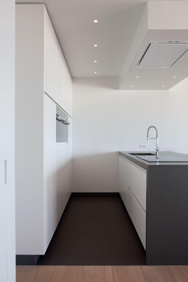 Keuken, kookeiland, wit, strak, modern, kraan, droomappartement, Stephan Gunst