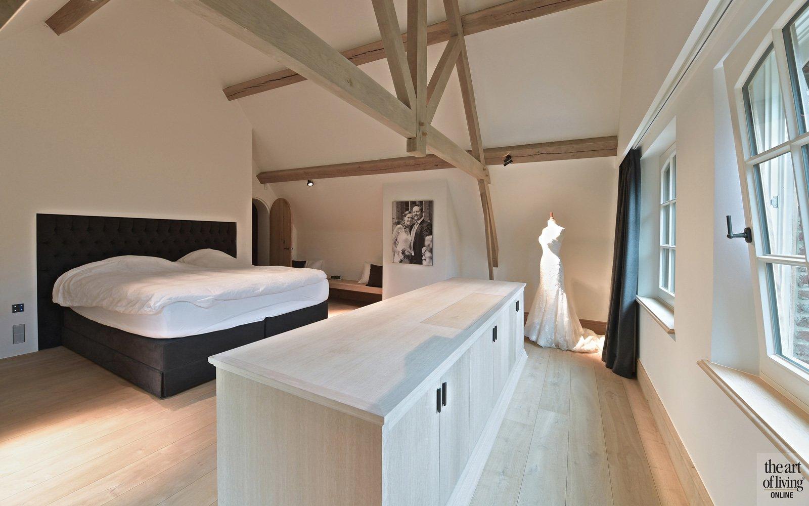 Slaapkamer, master bedroom, bed, dressing, houten balken, natuurlijke materialen, klassiek modern, Jurgen Weyne
