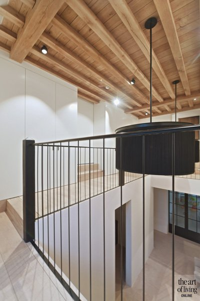 Bovenverdieping, houten balken, balustrade, verlichting, vide, klassiek modern, Jurgen Weyne