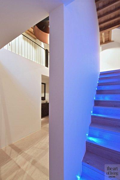 Hal, trap, houten trap, ledverlichting, vide, klassiek modern, Jurgen Weyne