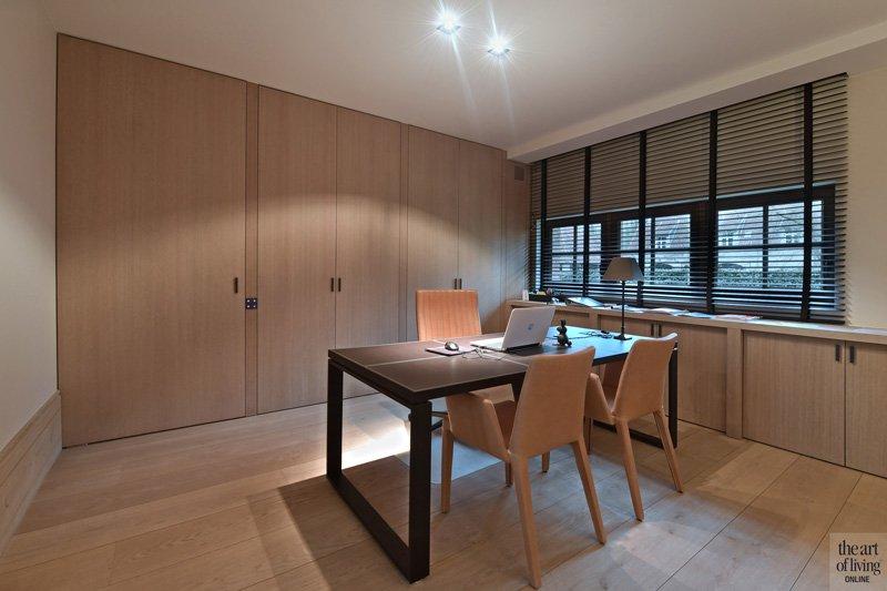 Hal, stalen deuren, shutters, houten vloer, hoge plinten, studeerkamer, home office, kantoor, klassiek modern, Jurgen Weyne