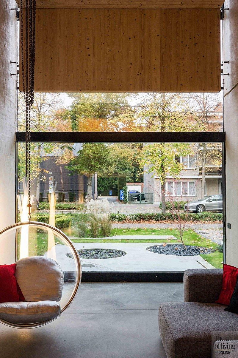 Icoon Architecten, groot raam, schommelstoel, uitzicht, woonkamer, houten gordijnen, open ruimten