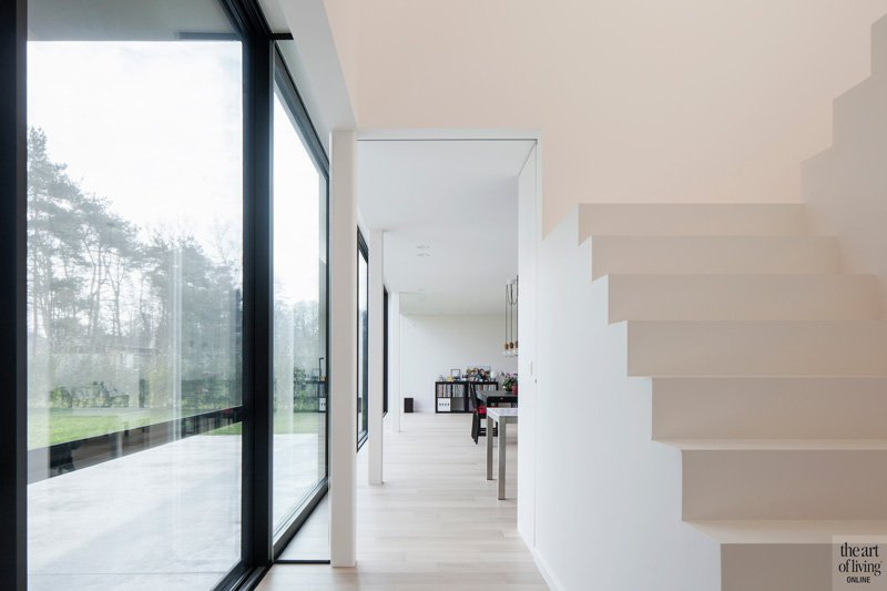 Strakke woning, houten vloer, trap, wit, lichtinval, ruimtelijk, deuren, D'ORS binnendeuren, sfeervolle woning, Hulpia Architecten