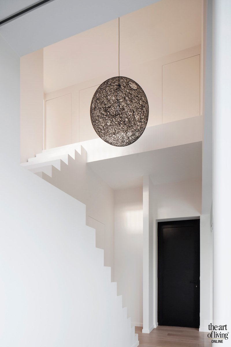 Moderne woning, veel wit, vide, trap, strak, sfeervolle woning, Hulpia Architecten