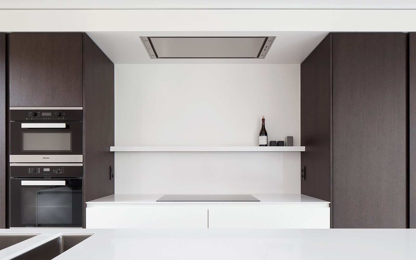 Maatwerk keuken, De Keukenarchitecten, strak, wit, ruimtelijk, sfeervolle woning, Hulpia Architecten