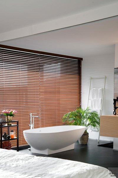 Badkamer, vrijstaand bad, sanitair, Desco Wijnegem, Dave Pacquee, shutters, zonwering, hedendaagse villa, Leers & Partners